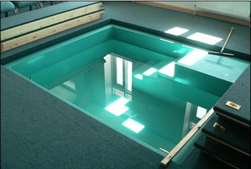 Centrally located baptistery with adjoining changing rooms
